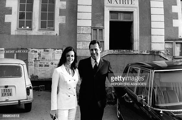 Michèle Mercier et Claude Bourillot sortent de la mairie le jour de leur mariage le 13 avril 1968 à Magny-Cours, France .