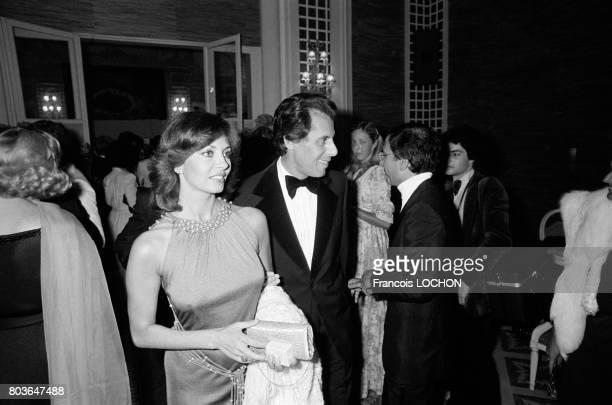 Michèle Mercier et son époux Claude Bourillot lors d'une soirée au Festival de Deauville en septembre 1975, en France.