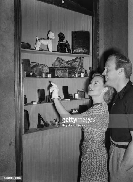 Michèle Morgan et son mari américain Bill Marshall font du shopping à Paris en juillet 1947 en France