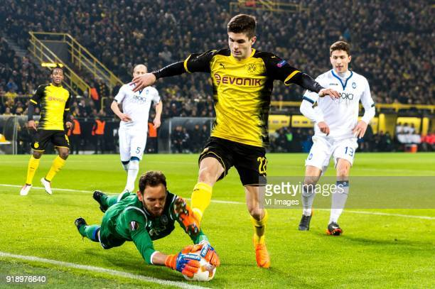 Michy Batshuayi of Borussia Dortmund Andrea Masiello of Atalanta Bergamo goalkeeper Etrit Beresha of Atalanta Bergamo Christian Pulisic of Borussia...