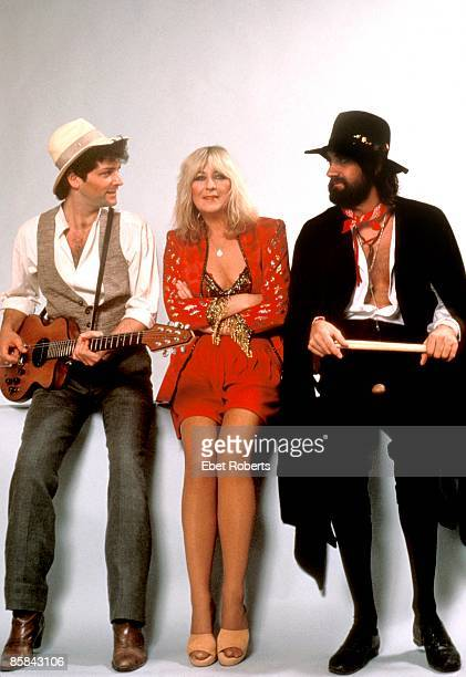 Photo of Mick FLEETWOOD and Christine McVIE and FLEETWOOD MAC LR Lindsey Buckingham Christine McVie Mick Fleetwood posed backstage at Brendan Byrne...