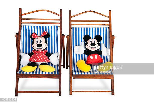 mickey et minnie mouse sur les chaises de plage - minnie mouse photos et images de collection