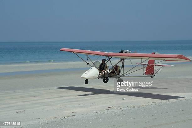 microlight landing on beach - aereo ultraleggero foto e immagini stock