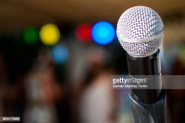 microphone at karaoke party - turno sportivo foto e immagini stock