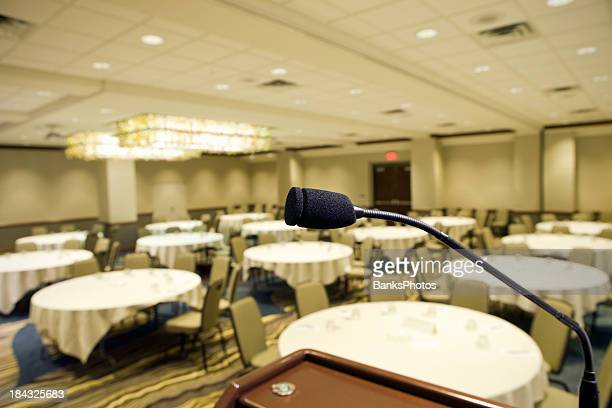 microphone at podium in hotel convention room - balzaal stockfoto's en -beelden