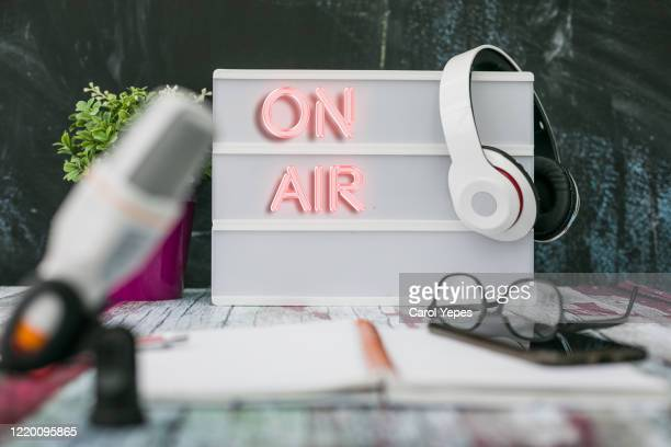 microphone in the old studio with on air sign - rádio aparelhagem de áudio imagens e fotografias de stock