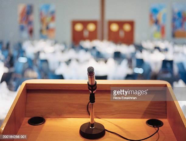 microphone on podium - pódio - fotografias e filmes do acervo