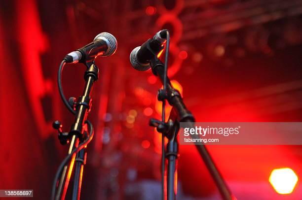 microphone - twee objecten stockfoto's en -beelden