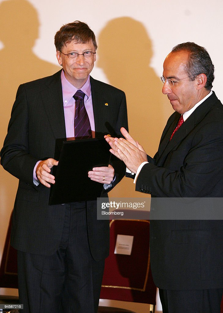 Microsoft Chairman Bill Gates, left, receives the 'Aztec Eag : News Photo