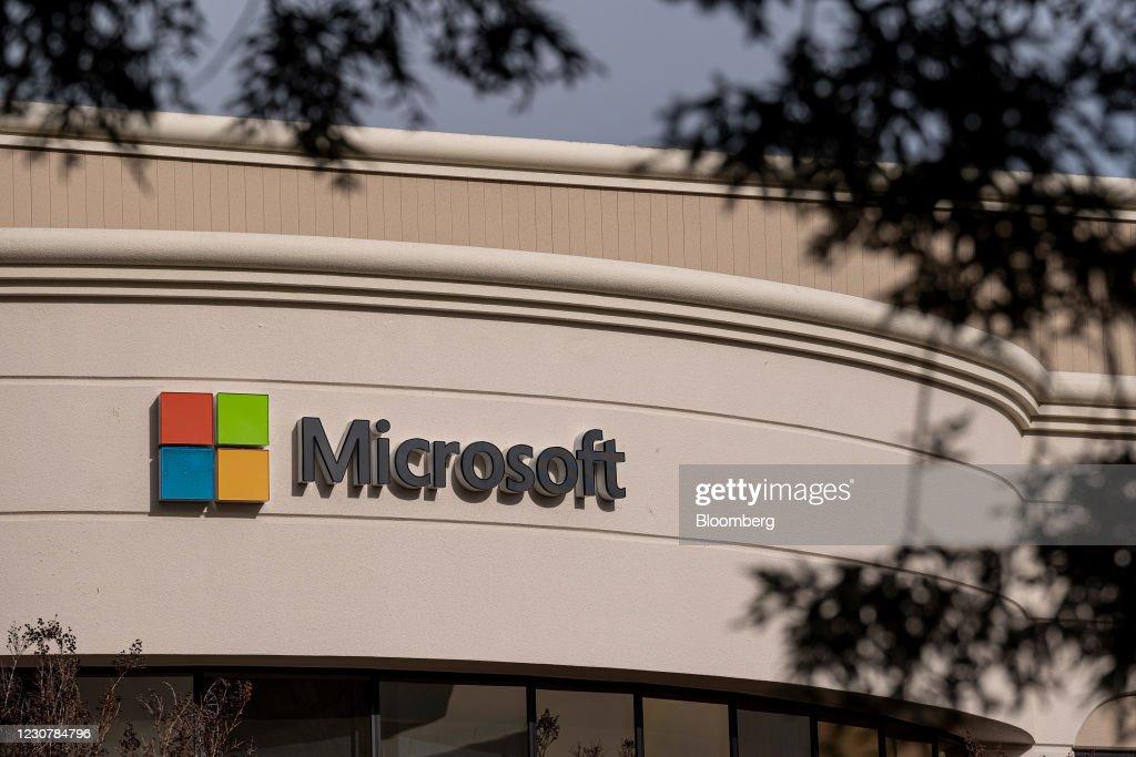 Microsoft Offices Ahead Of Earnings Figures : ニュース写真