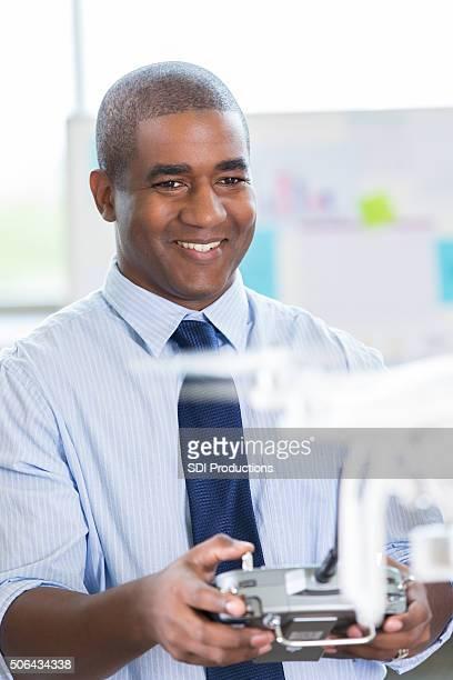 中年アフリカ系アメリカ人男性管理ドローンコントローラ付き