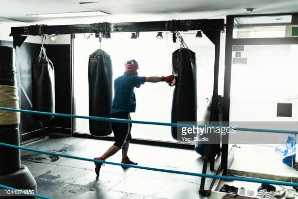 半ば大人ボクサーのボクシング ジムでトレーニング - ボクシング ストックフォトと画像