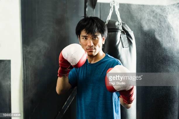半ば大人ボクサーのボクシング ジムでトレーニング - sport venue ストックフォトと画像