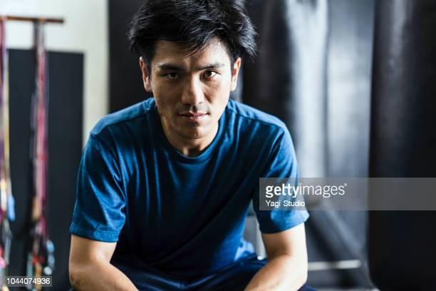 半ば大人ボクサーのボクシング ジムでトレーニング - スポーツマン ストックフォトと画像