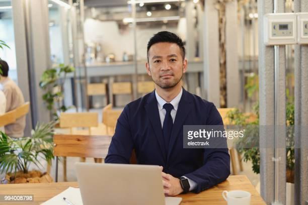 ラウンジをコワーキングで半ば大人ビジネスマン - 男性 ストックフォトと画像