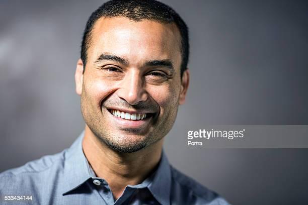 Adulto de idade mediana Empresário sorridente ao ar livre