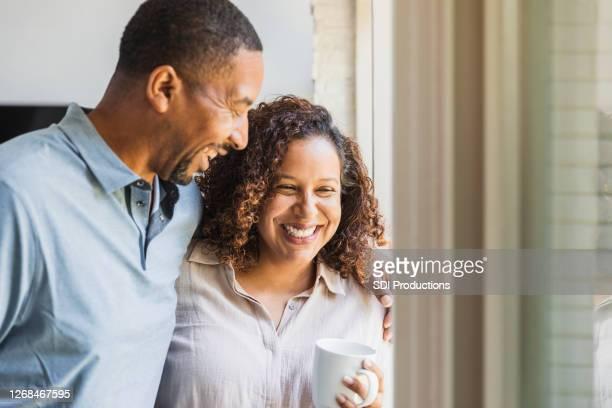 la pareja media adulta disfruta del tiempo juntos en casa - adulto de mediana edad fotografías e imágenes de stock