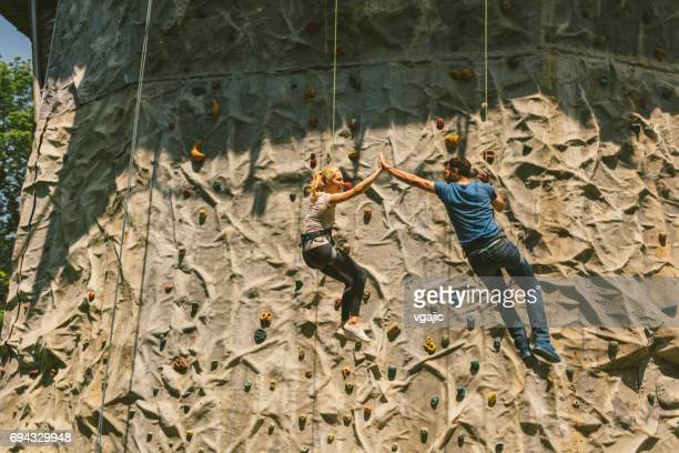 Mitte erwachsenes paar auf freies Klettern