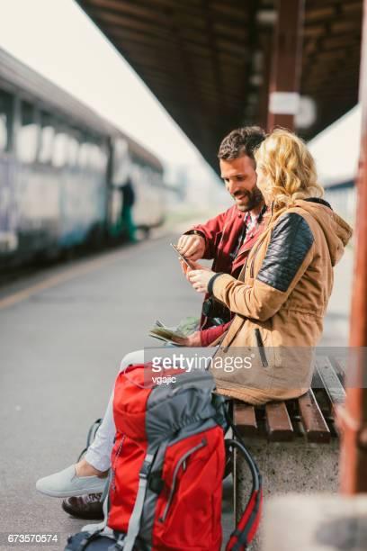Mitte erwachsenes paar am Bahnhof