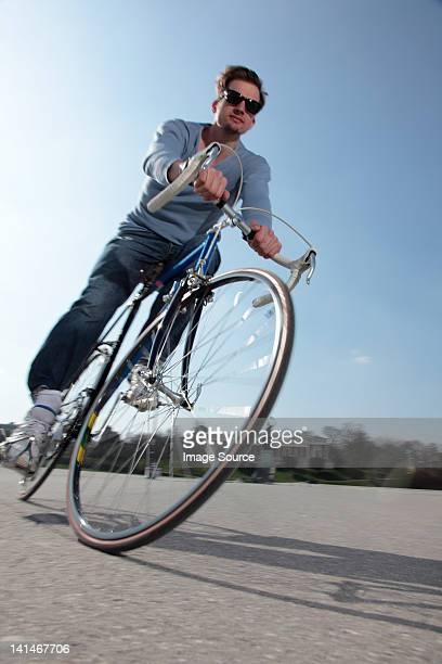 Metà adulto ciclista bicicletta di equitazione
