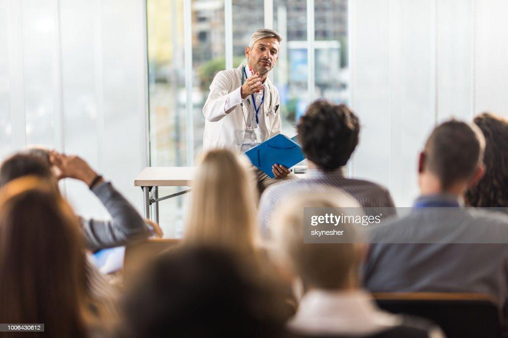 半ば大人医者委員会の部屋でのセミナーの指導します。 : ストックフォト