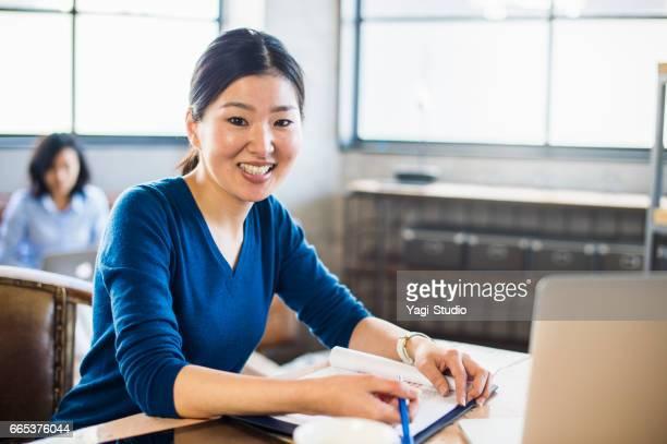 半ば大人の女性のデザイナー共有オフィスで働きます。