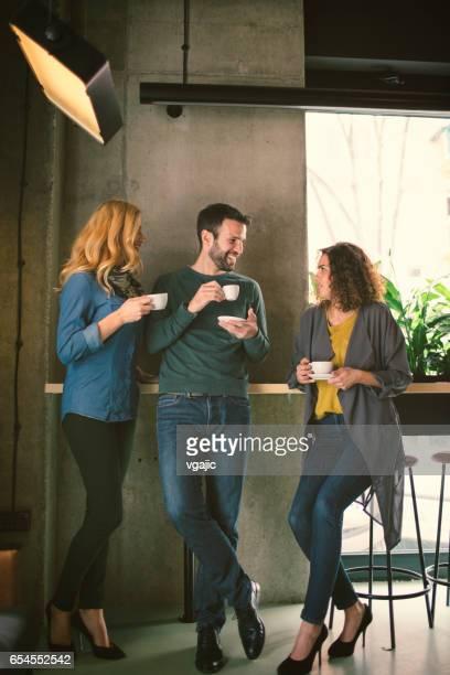 Mitte Erwachsenen Freunden im café