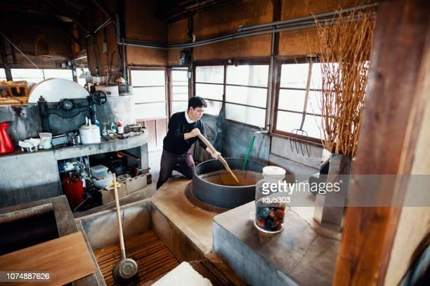 mitte erwachsenen japaner vorbereitung des farbstoffs auf handgeschöpftem papier machen - präfektur okayama stock-fotos und bilder