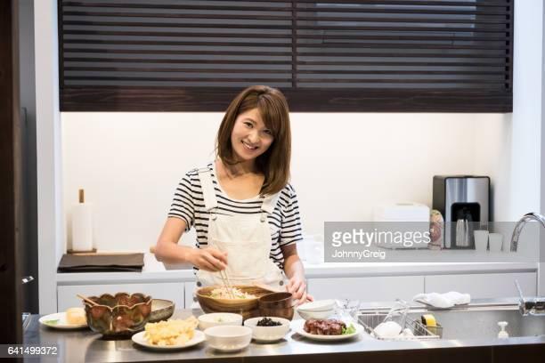 食品を準備する 30 代の日本人女性