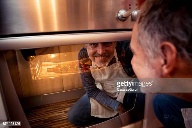 bakking meados de homem adulto uma pizza - só um homem - fotografias e filmes do acervo