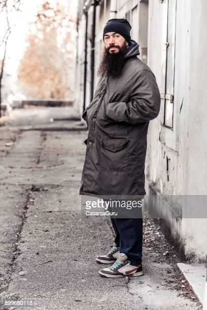 mi homme adulte mendier dans la rue vide froid de l'hiver - europe de l'ouest photos et images de collection