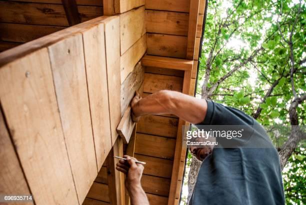 Mitte erwachsener Mann Gebäude aus Holz Baumhaus
