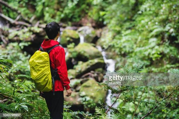 ハイキングしながら自然を楽しんでいる 30 代の男性 - 鳥取県 ストックフォトと画像