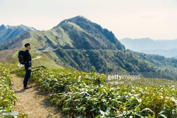 30 代の男性、日本の山でのハイキング - 静かな情景 ストックフォトと画像