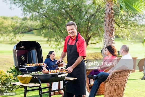 Mitte Erwachsenen Mann in ein barbecue mit Freunden