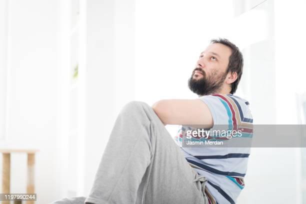 mid adult man indoors - adulto de mediana edad fotografías e imágenes de stock