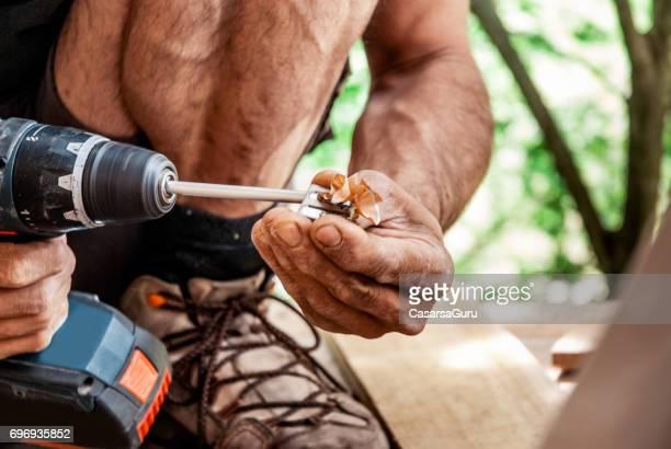 homem adulto médio afiar o lápis com a máquina de perfuração - afiado - fotografias e filmes do acervo