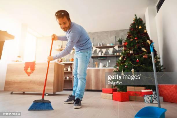 ほうきと床を掃除中の大人の男 - 掃く ストックフォトと画像