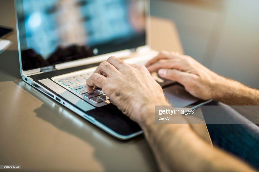 Mitte erwachsener Mann mit Laptop. : Stock-Foto