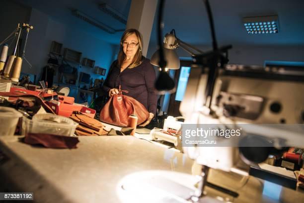 Mitten av vuxen sömmerska kvinna som arbetar på natten