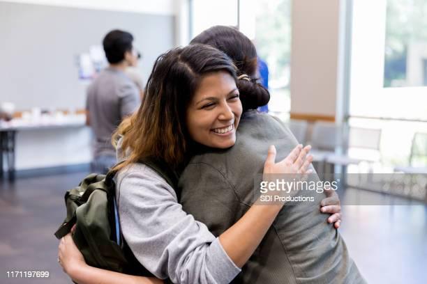 le sorelle adulte mid si abbracciano all'incontro dei veterani - incoraggiamento foto e immagini stock