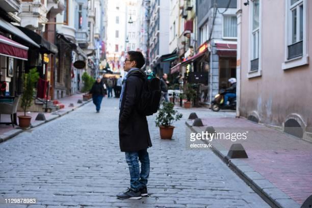mid adult traveler exploring istanbul on foot - midden oosterse etniciteit stockfoto's en -beelden