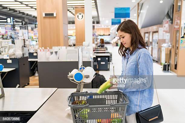 30 代の女性 bagging 食材、スーパーマーケット