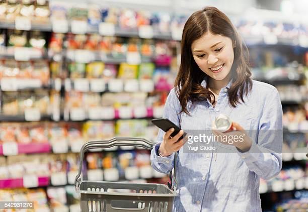 Donna di mezza età shopping a un supermercato di generi alimentari