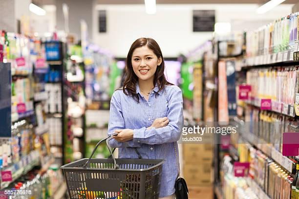 30 代の女性食料品ショッピング、スーパーマーケット