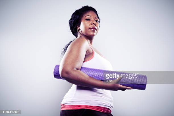 mid adult woman holding yoga mat - dansstudio stock pictures, royalty-free photos & images