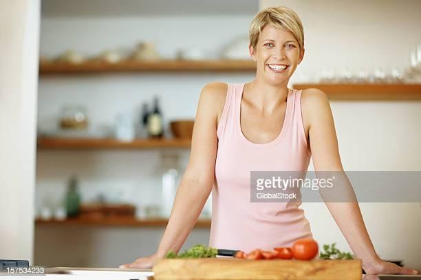 Mi adulte femme avec des légumes dans la cuisine