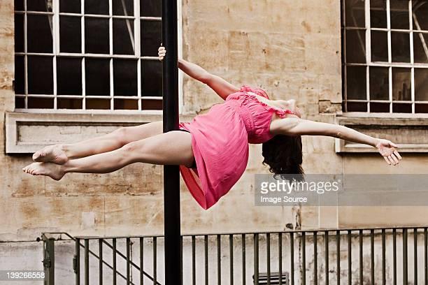 中年の女性をダンスのピンクのドレス - 離れ技 ストックフォトと画像