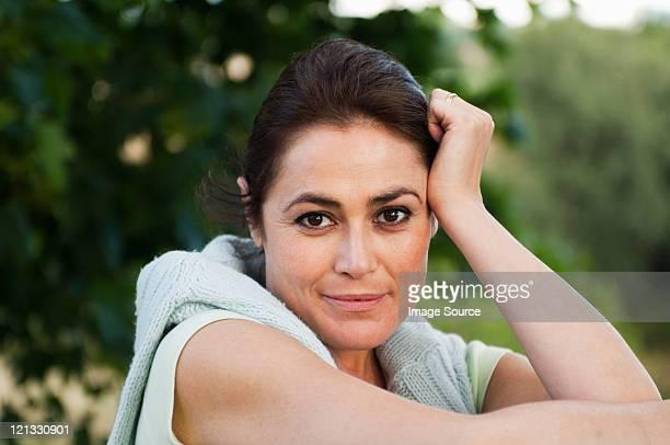 meados de mulher adulta, olhando para a câmera, retrato - cabelo castanho - fotografias e filmes do acervo