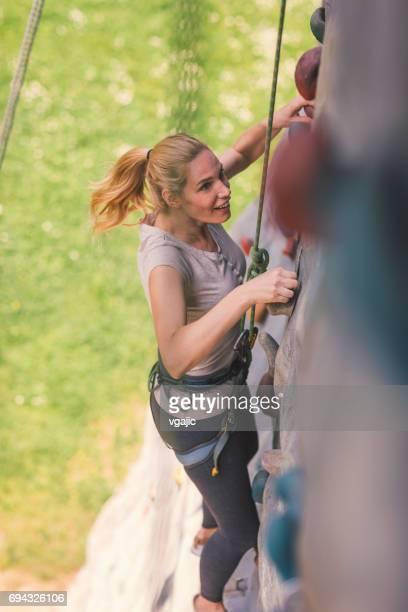 Mitte Erwachsene Frau auf freies Klettern